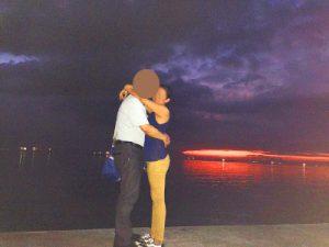 きれいな夕日をバックにフィリピン女性とデート中