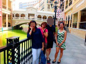 フィリピン人女性とモールでお見合い中