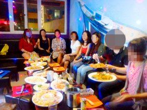 フィリピン人女性たちと現地カラオケ店でお見合い中