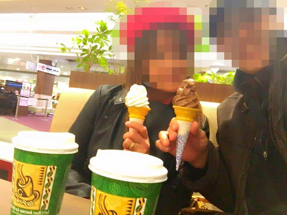 国際結婚し来日した後、日本のアイスクリームを楽しむ