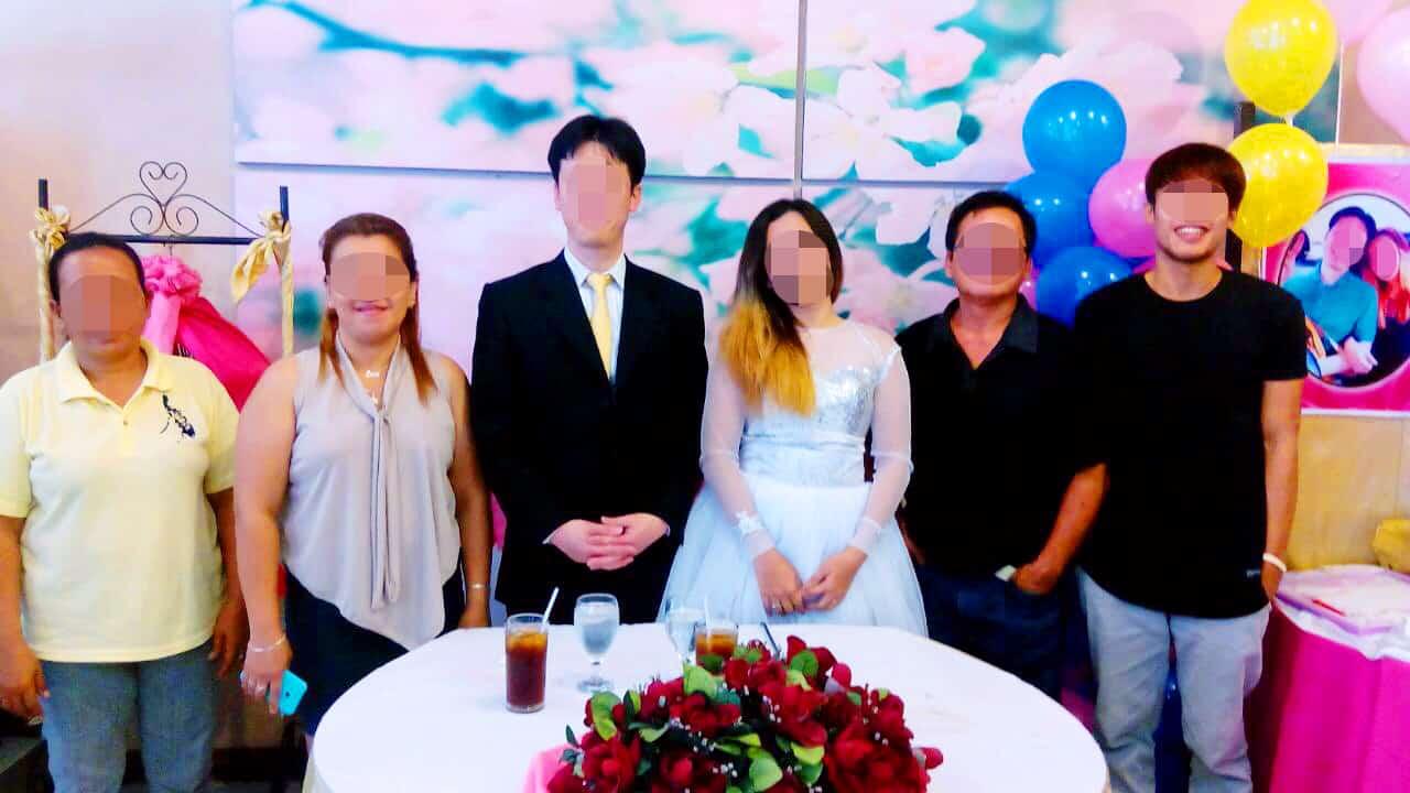 結婚式で参列者と記念撮影
