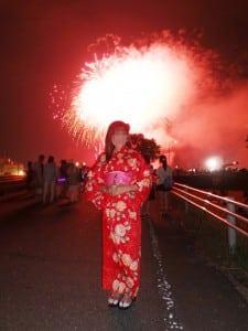 国際結婚し来日した後、浴衣を着て日本の花火大会を体験しました