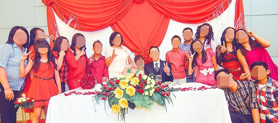 結婚式で新婦の家族と記念撮影