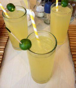 現地の飲み物 カラマンシージュース