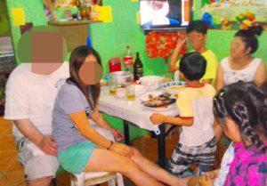 フィリピン女性の家を訪問して食事