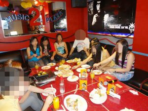 国際結婚希望のフィリピン人女性とカラオケ店でお見合い中