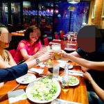 フィリピン女性とレストランで食事