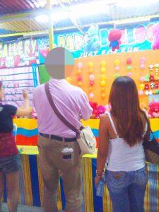 フィリピン女性とお見合い中 遊園地を楽しむ