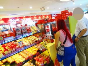フィリピン女性に甘いものを買う