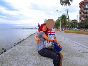 フィリピン女性と海辺を散策