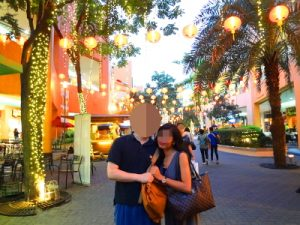 フィリピン人女性とモールでデート中