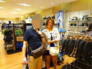 フィリピン女性と靴のお買い物中
