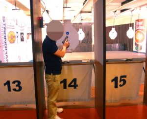 フィリピン女性と共に射撃を楽しむ