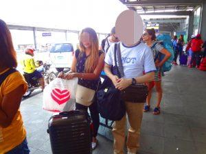 フィリピン人女性が空港でのお見送り