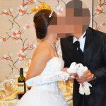 フィリピンでの結婚式 - 白い鳩を飛ばす前にキスをする新郎新婦