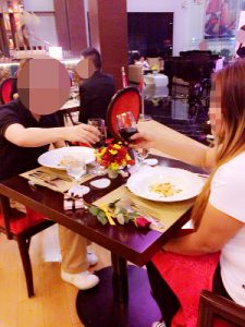フィリピン人女性とホテルのレストランでディナー