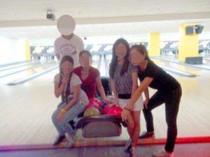 フィリピン女性とお見合い中 – ボーリングを楽しむ